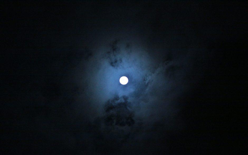 صورة قمر ساطع في الليل